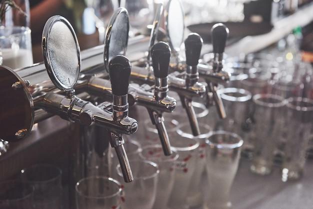 Klaar om een pint bier te drinken op een bar in een traditionele pub in houten stijl