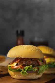 Klaar om zelfgemaakte hamburger te eten met een fles catchup op de achtergrond en kopieer ruimte.