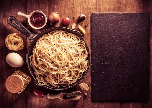 Klaar pasta op houten achtergrond