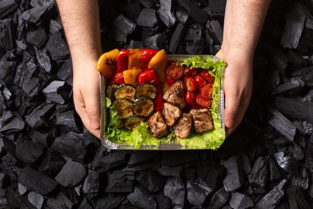 Klaar shish kebab. portie gegrild vlees en groenten