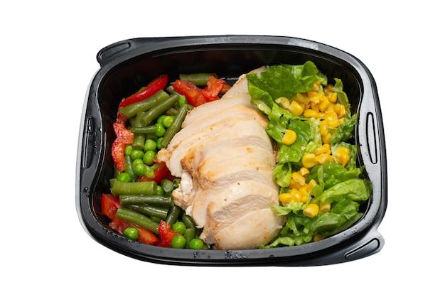 Klaar voedsel in een container. gestoofde kip, gestoofde groenten. geïsoleerd op een witte muur.