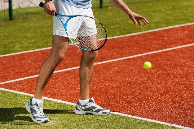 Klaarmaken om te serveren. close-up van tennisser die zich voorbereidt om een bal te dienen