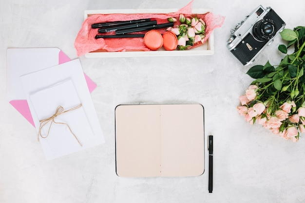 Kladblok een pen in de buurt van cadeautjes en camera