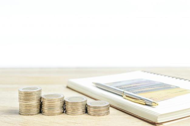 Kladblok en munten met creditcard op tafel
