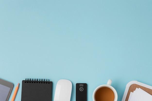 Kladblok in de buurt van muis en koffie met kopie-ruimte