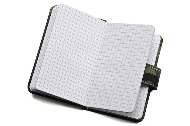 Kladblok in militair ontwerp voor alledaagse notities en notities op een geïsoleerd wit