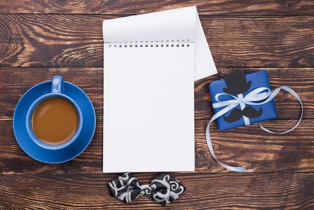 Kladblok lege pagina's en kopje koffie