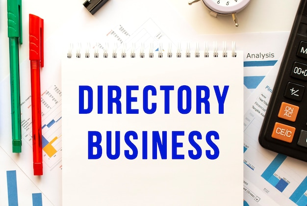 Kladblok met de tekst directory business op een financiële kleurgrafiek. bedrijfsconcept.