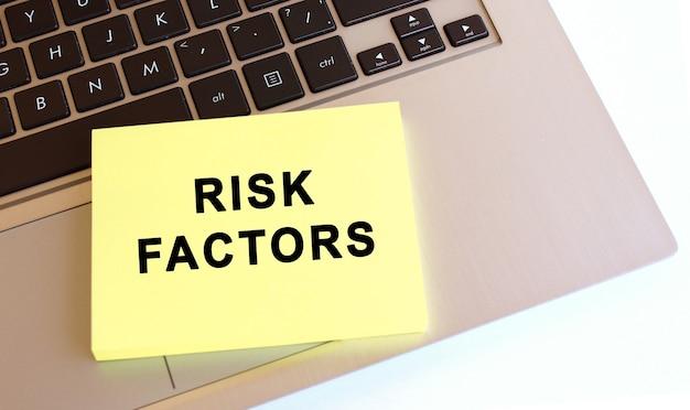 Kladblok met de tekst risicofactoren