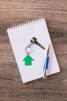 Kladblok met pen en sleutel