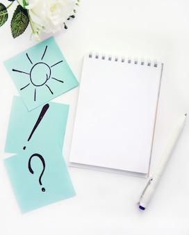 Kladblok met schrijfbladen pen blauwe stickers bovenaanzicht