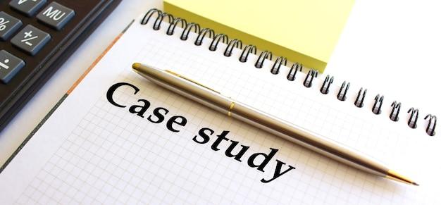 Kladblok met tekst casestudy op een wit