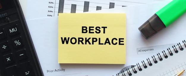 Kladblok met tekst op een witte achtergrond, in de buurt van kantoorbenodigdheden. pen en rekenmachine. bedrijfsconcept.