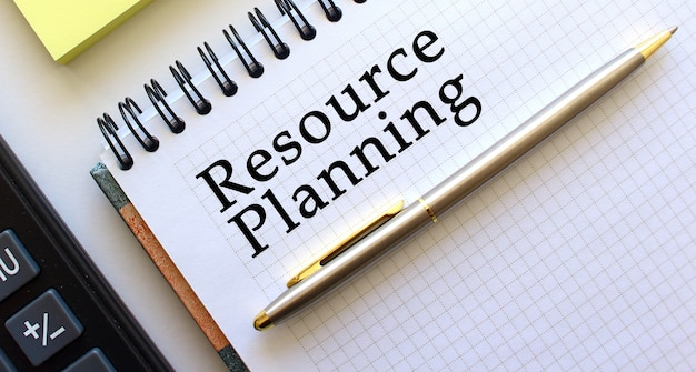 Kladblok met tekst resourse planning. bedrijfsconcept.