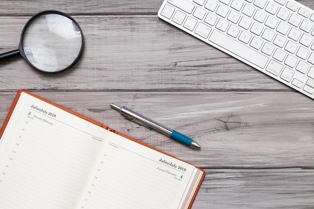 Kladblok met toetsenbord op het bureau