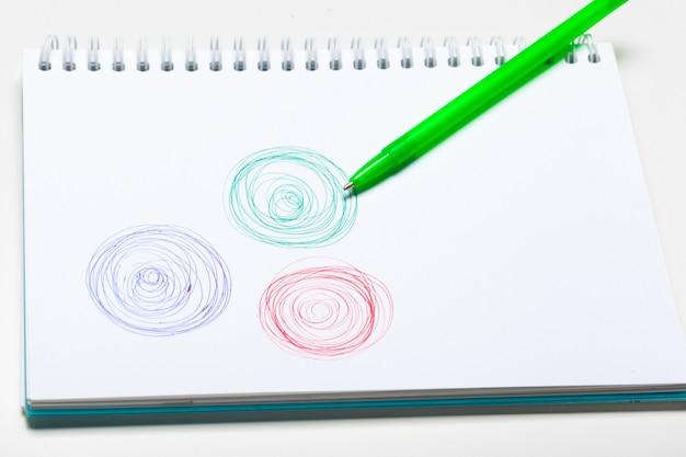 Kladblok notebook en bal pont pen geïsoleerd op een witte achtergrond