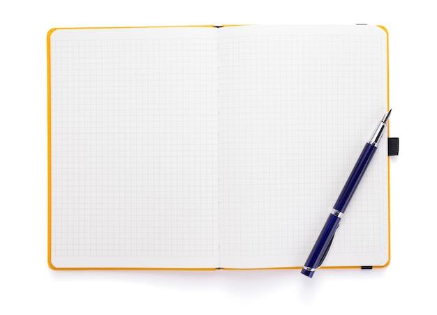 Kladblok of notebookpapier op witte achtergrond, bovenaanzicht