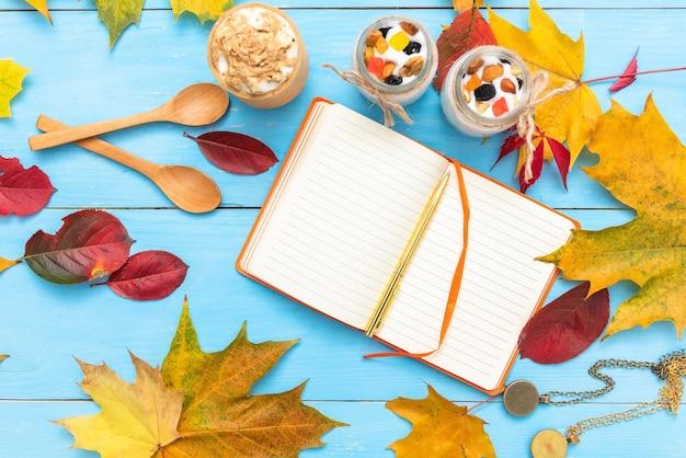 Kladblok om op de herfsttafel te schrijven. met koffie als ontbijt.