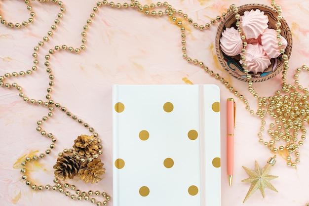 Kladblok-pen en kerstversiering als wintervakantie om lijstconcept te doen