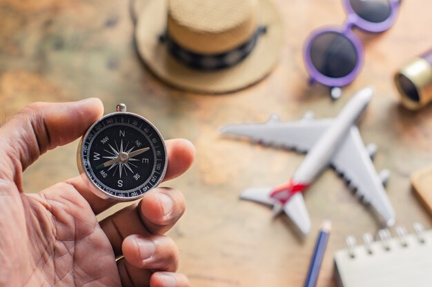 Kladblok voor notitie met paspoort, verrekijker, potlood, kompas, vliegtuig op papier kaart voor reisavontuur ontdekking afbeelding