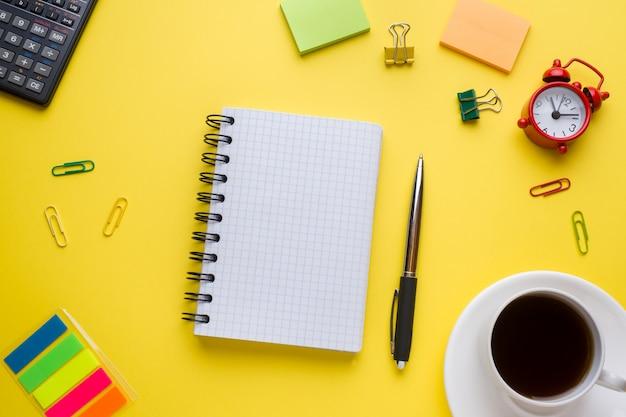 Kladblok voor tekst en kopje koffie