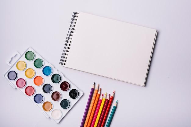 Kladblok voorbladsjabloon met kunstenaar concept