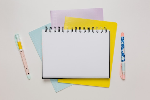 Kladblok, werkboek en pen op het bureau. mock up in kopie ruimte kantoor op witte achtergrond. terug naar school