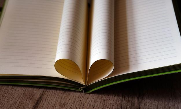 Kladblokliefde hart van de vellen van het boek