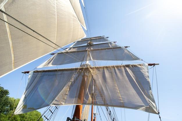 Klaipeda, litouwen.big schip meridian in klaipeda met zeilen op een zomerdag op de rivier