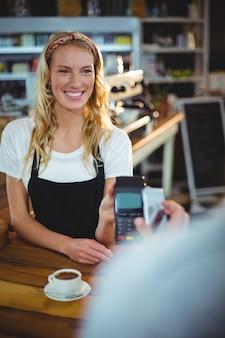 Klant betaalt factuur via smartphone met behulp van nfc-technologie