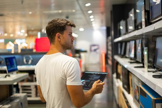 Klant die computermonitor in winkel kiest