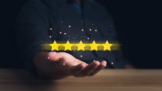 Klant die de sterren vasthoudt om vijf sterren te voltooien servicebeoordeling en tevredenheidsconcept