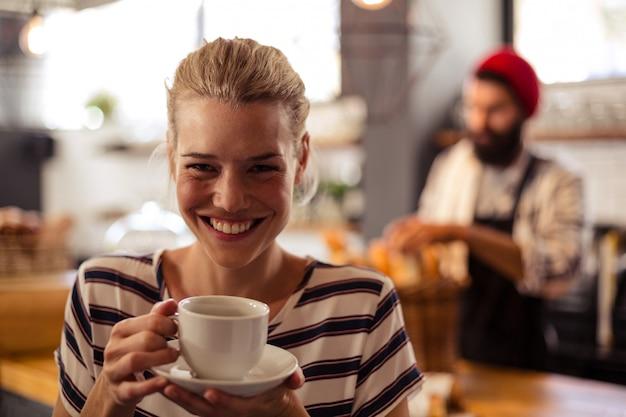Klant die een koffie drinkt
