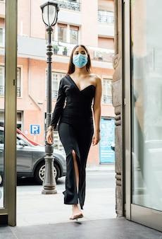 Klant die een winkel binnengaat met een gezichtsmasker