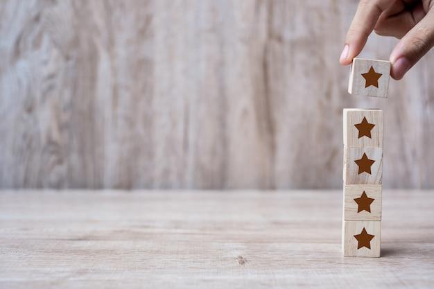 Klant die houten blokken met het vijfsterrensymbool houdt