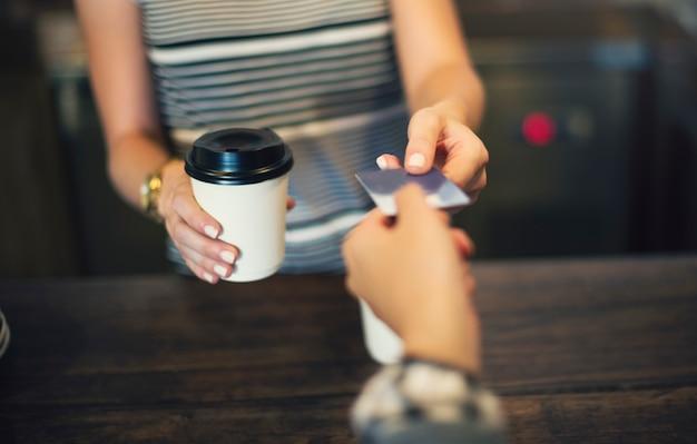 Klant die koffie met creditcard betaalt