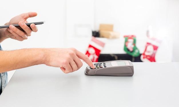 Klant die mobiele telefoon gebruikt om met nfc te betalen