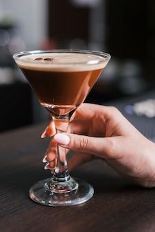 Klant die van een alcoholische drank geniet