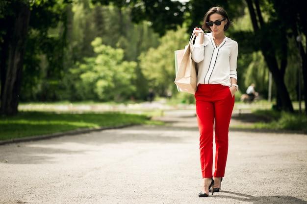 Klant een gelukkige red looking shop