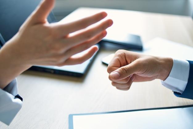Klant en manager sluiten een contract voor een succesvolle transactie