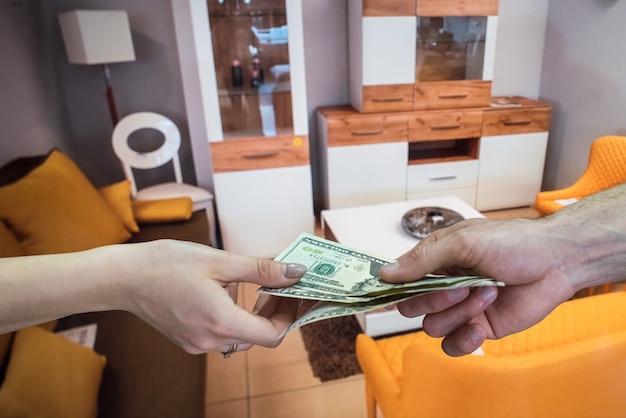 Klant geeft dollar makelaar te huur of te koop nieuw appartement