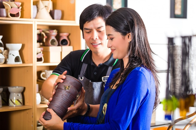 Klant in een aziatische aardewerkwinkel