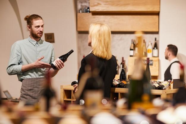 Klant in wijnmakerij raadplegen