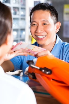 Klant koopt apparatuur in diverse winkel
