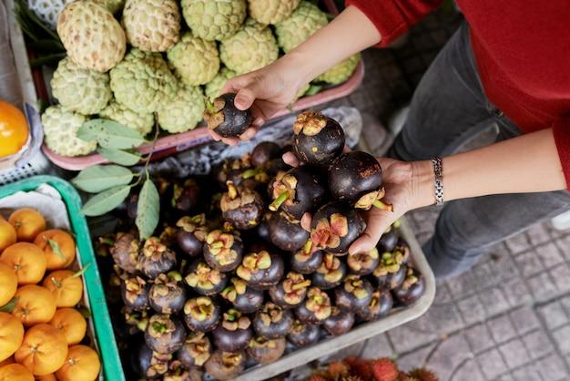 Klant koopt aubergines