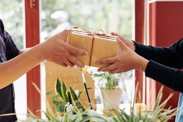 Klant koopt ingepakt cadeau