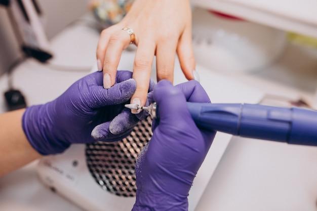 Klant manicure maken in een schoonheidssalon