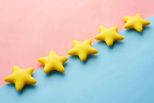 Klant review concept rating gouden sterren op blauwe achtergrond