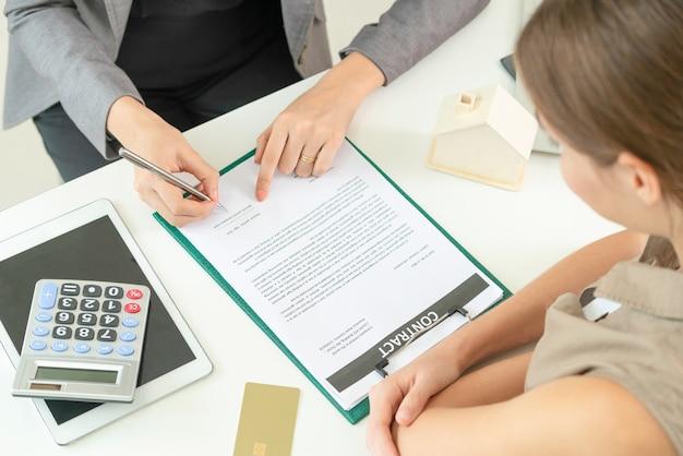 Klant tekent document om huis en onroerend goed te kopen