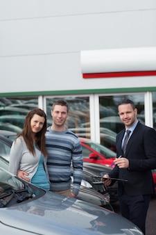 Klanten die een nieuwe auto kopen